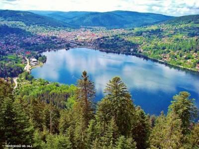 Lac avec la ville au loin