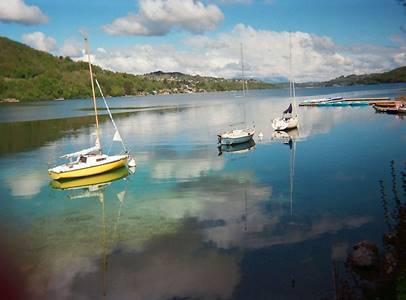 Le lac avec quelques bateaux